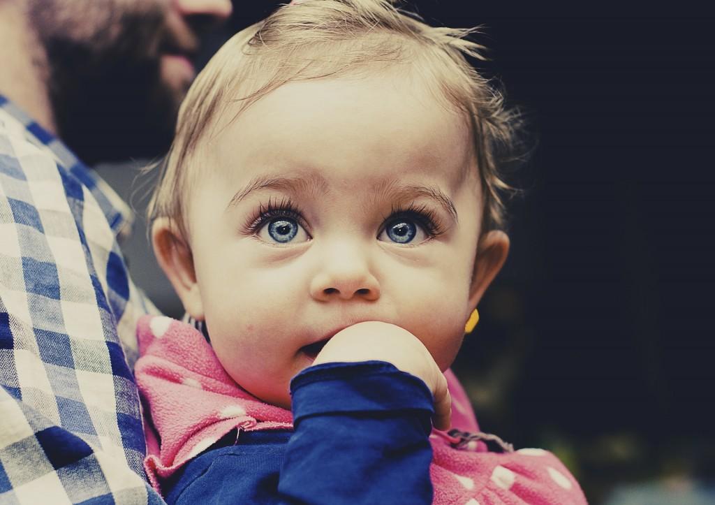 Bebé con orejas de soplillo
